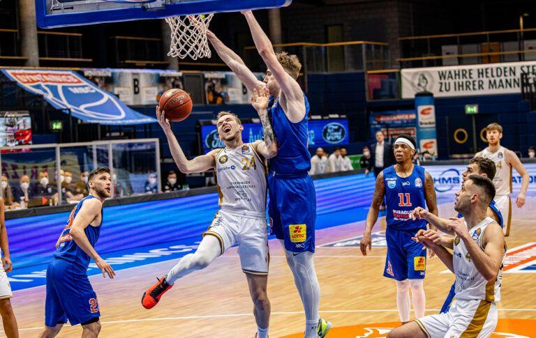 Löwen gewinnen Auswärtskrimi beim SYNTAINICS MBC mit 91:93